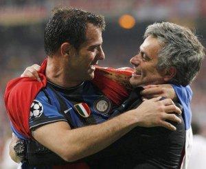 Il Drago (Stankovic) avec Mourinho après la finale de Madrid