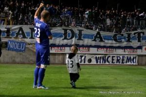 Image forte, qui montre l'attachement des supporters envers son buteur à Bastia