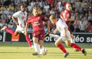 En action contre le grand Lyon de Claudio Caçapa.